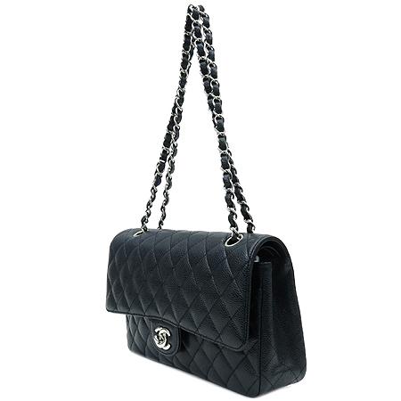 Chanel(샤넬) A01112Y01588 캐비어스킨 클래식 M 사이즈 은장 체인 숄더백 [명동매장]