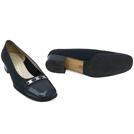 Ferragamo(페라가모) 은장 로고 바라 장식 블랙 스웨이드 여성용 구두