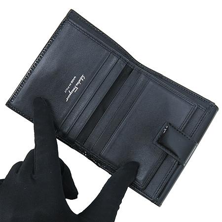 Ferragamo(페라가모) 22 7122 은장 간치니 장식 블랙 컬러 페이던트 3단 반지갑