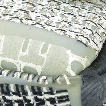 Chanel(샤넬) 크루즈 라인 실리콘 패브릭 레더 자수로고 클래식 M 사이즈 은장 체인 숄더백