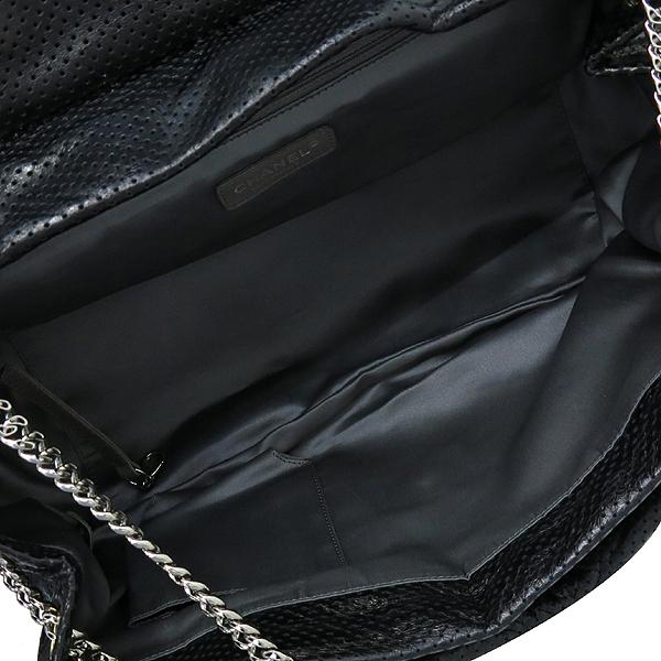 Chanel(샤넬) 크루즈컬렉션 블랙 퍼포레이션 레더 은장체인 숄더백 [부산센텀본점] 이미지7 - 고이비토 중고명품