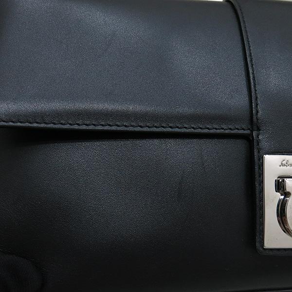 Ferragamo(페라가모) 21 1780 블랙 레더 은장 간치니 로고 플랩 미니 숄더백 [인천점] 이미지4 - 고이비토 중고명품