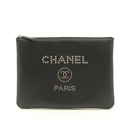 Chanel(샤넬) 18년 신상 25번대 스터드 로고 캐비어스킨 블랙 미듐사이즈 클러치백 (W) 이미지2 - 고이비토 중고명품