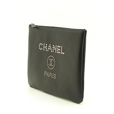 Chanel(샤넬) 18년 신상 25번대 스터드 로고 캐비어스킨 블랙 미듐사이즈 클러치백 (W) 이미지3 - 고이비토 중고명품