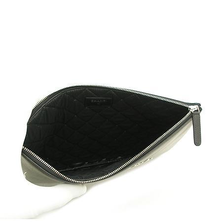 Chanel(샤넬) 18년 신상 25번대 스터드 로고 캐비어스킨 블랙 미듐사이즈 클러치백 (W) 이미지5 - 고이비토 중고명품