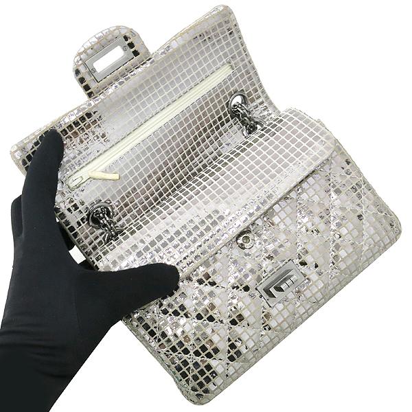 Chanel(샤넬) 실버 메탈릭 미러 디테일 2.55 미니 퀼팅 은장로고 체인 플랩 숄더백 [강남본점] 이미지6 - 고이비토 중고명품
