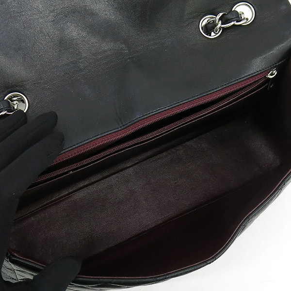 Chanel(샤넬) A28600 램스킨 블랙컬러 클래식 점보 L사이즈 은장로고 체인 원 플랩 숄더백 [강남본점] 이미지5 - 고이비토 중고명품