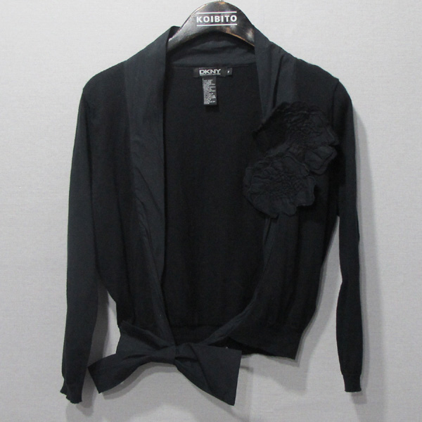 DKNY(도나카란) 블랙컬러 니트 코사지 디테일 숏 여성용 가디건 [대구반월당본점]
