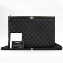 Chanel(샤넬) A80570Y25464 블랙 컬러 캐비어스킨 퀼팅 금장 보이 L사이즈 클러치백 [강남본점]