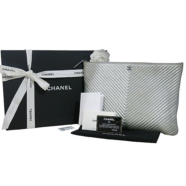 Chanel(샤넬) A69251Y25128 실버 메탈릭 로고 장식 쉐브론 L사이즈 클러치백 [대구동성로점]