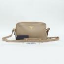 Prada(프라다) 1bh079 베이지 비텔로 레더 금장 로고 장식 크로스백 [강남본점]