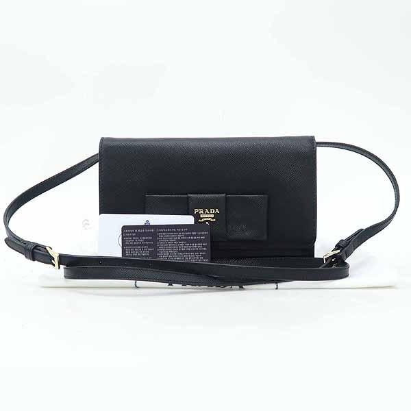 Prada(프라다) 1BH009 블랙 컬러 SAFFIANO(사피아노) 레더 금장 로고 리본 장식 미니 크로스백 [강남본점]