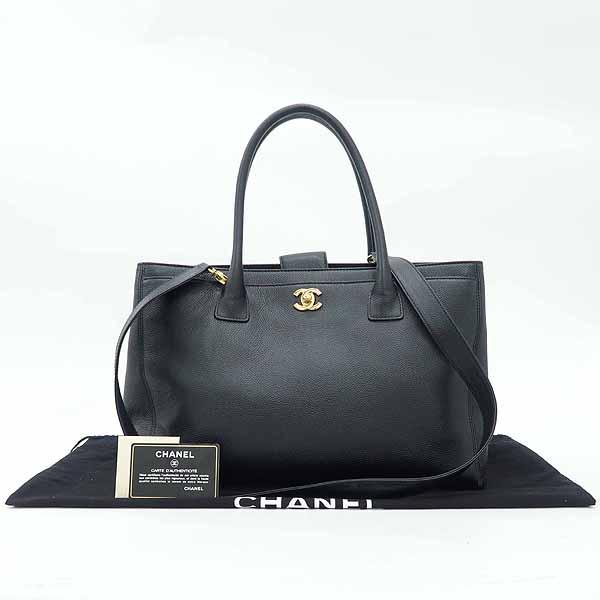Chanel(샤넬) A15206Y04726 블랙 캐비어스킨 금장 로고 서프 2WAY+보조 파우치 [강남본점]