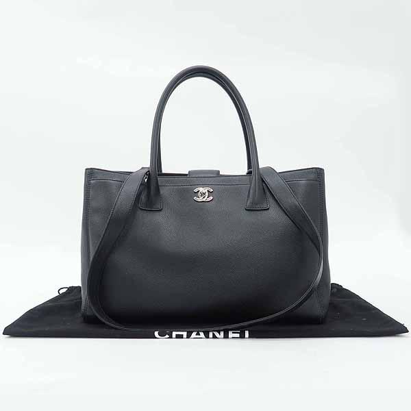 Chanel(샤넬) A15206Y04726 블랙 캐비어스킨 은장 로고 서프 2WAY+보조 파우치 [강남본점]
