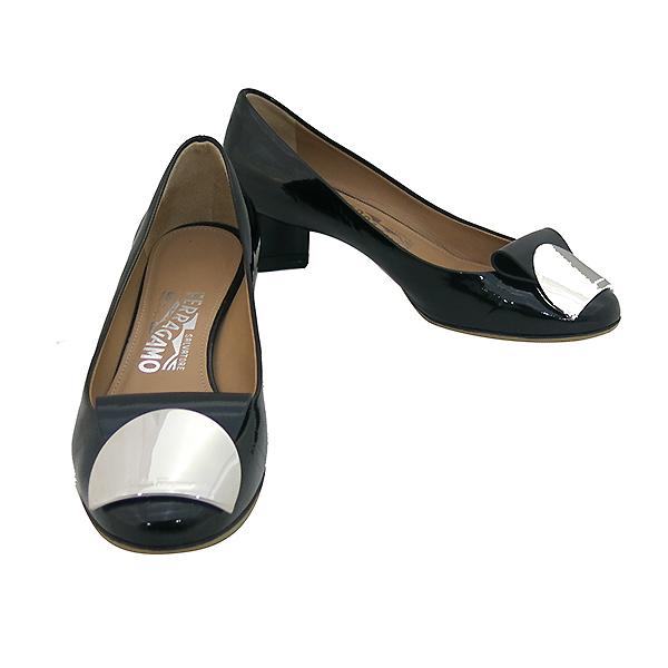 Ferragamo(페라가모) 은장 로고 장식 블랙 페이던트 펌프스 여성용 구두 [부산센텀본점]