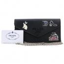 Prada(프라다) 1DH044 블랙 컬러 사피아노 레더 참 장식 엔벨롭 클러치 겸 크로스백 [강남본점]
