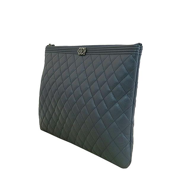 Chanel(샤넬) A80570 네이비 메탈릭 컬러 캐비어스킨 퀼팅 은장 보이 L사이즈 클러치백 [대구동성로점] 이미지2 - 고이비토 중고명품