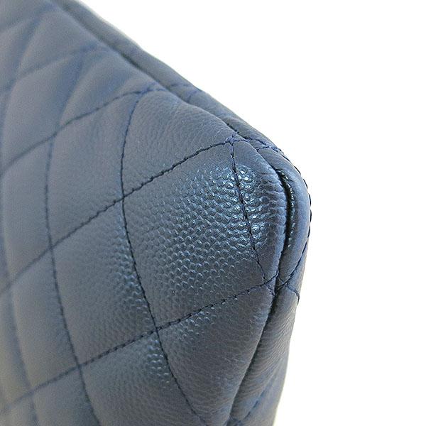 Chanel(샤넬) A80570 네이비 메탈릭 컬러 캐비어스킨 퀼팅 은장 보이 L사이즈 클러치백 [대구동성로점] 이미지4 - 고이비토 중고명품