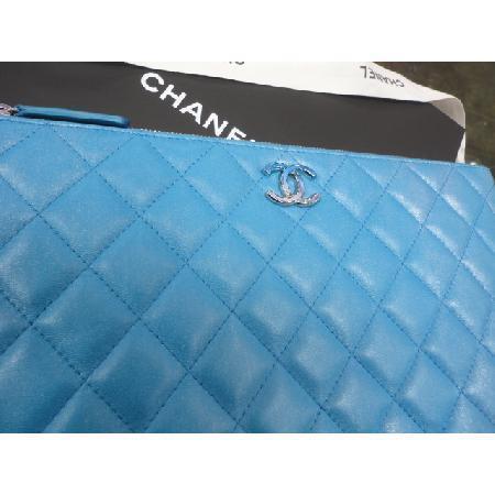전시급)Chanel(샤넬) 최신형 펄블루 빅 그라데이션 로고 뉴미듐 클러치 w