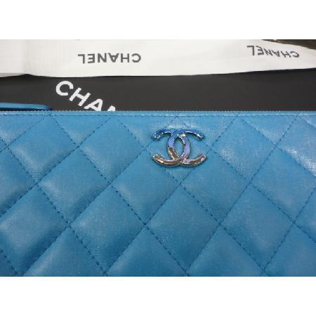 전시급)Chanel(샤넬) 최신형 펄블루 빅 그라데이션 로고 뉴미듐 클러치 w 이미지2 - 고이비토 중고명품
