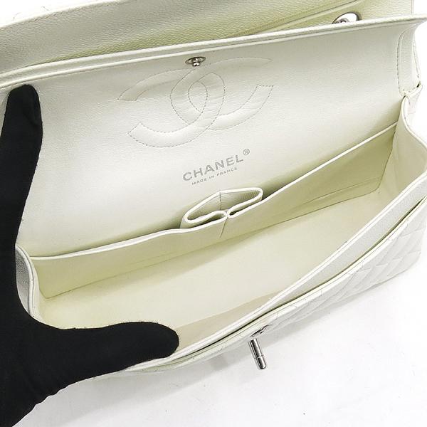 Chanel(샤넬) A01112 캐비어스킨 화이트 클래식 M사이즈 은장로고 체인 플랩 숄더백 [강남본점] 이미지4 - 고이비토 중고명품