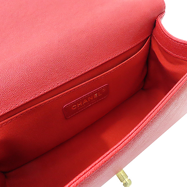 Chanel(샤넬) A67086 보이샤넬 M사이즈 레드 캐비어스킨 금장 체인 숄더백 [부산서면롯데점] 이미지5 - 고이비토 중고명품