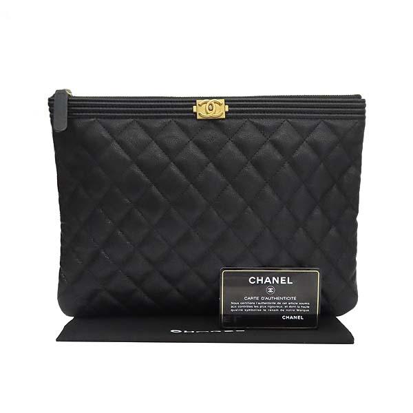 Chanel(샤넬) A84406 블랙 컬러 캐비어스킨 보이샤넬 골드메탈 디테일 뉴 미듐 클러치 [잠실점]