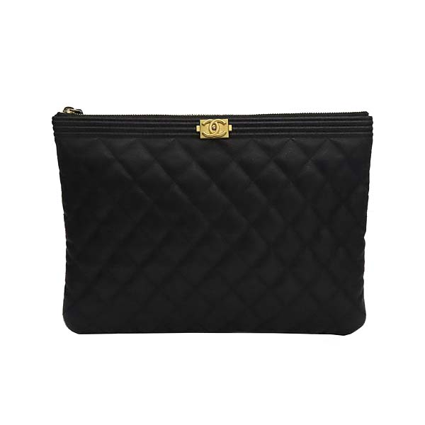 Chanel(샤넬) A84406 블랙 컬러 캐비어스킨 보이샤넬 골드메탈 디테일 뉴 미듐 클러치 [잠실점] 이미지2 - 고이비토 중고명품