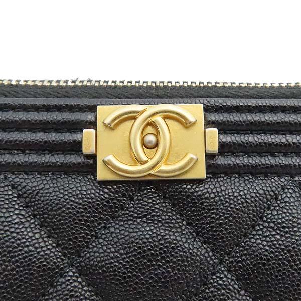 Chanel(샤넬) A84406 블랙 컬러 캐비어스킨 보이샤넬 골드메탈 디테일 뉴 미듐 클러치 [잠실점] 이미지4 - 고이비토 중고명품