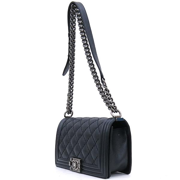Chanel(샤넬) A67086 카프스킨 블랙 보이 샤넬 미디엄 M사이즈 루테늄 메탈 체인 플랩 숄더백 [강남본점] 이미지3 - 고이비토 중고명품
