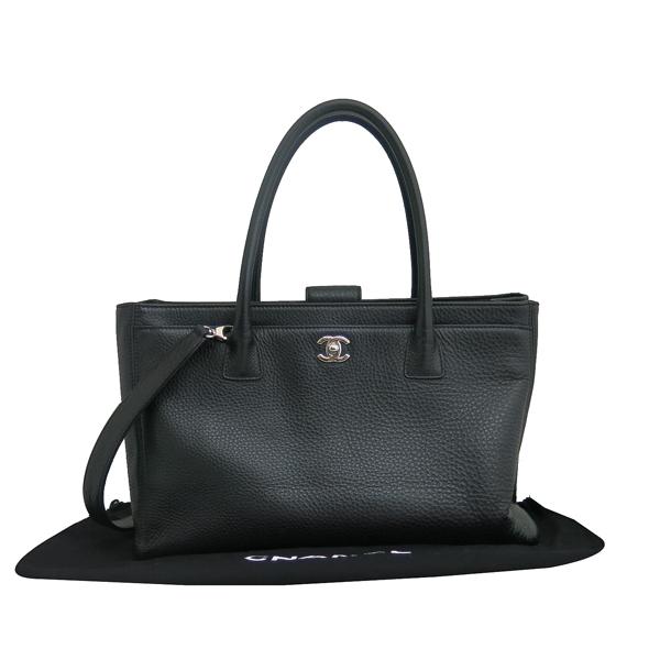 Chanel(샤넬) A15206 카프스킨 블랙컬러 COCO 은장로고 서프 토트백 + 숄더스트랩 2WAY + 보조 파우치 [동대문점]