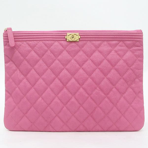 Chanel(샤넬) A84406 핑크 캐비어스킨 보이샤넬 골드메탈 디테일 뉴 미듐 클러치 [강남본점] 이미지2 - 고이비토 중고명품