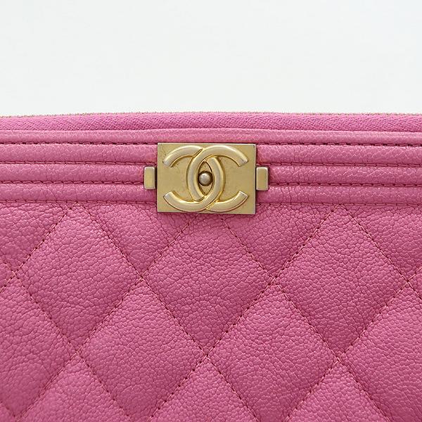 Chanel(샤넬) A84406 핑크 캐비어스킨 보이샤넬 골드메탈 디테일 뉴 미듐 클러치 [강남본점] 이미지4 - 고이비토 중고명품