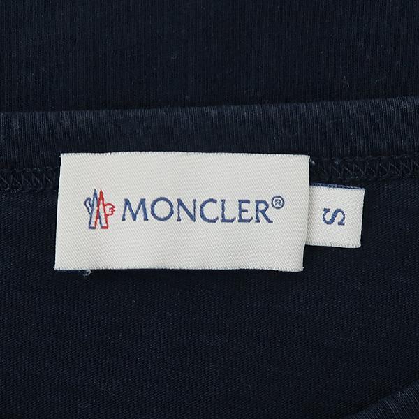 MONCLER(몽클레어) 네이비 컬러 로고 와펜 암 벌드 프린팅 남성용 반팔티 [강남본점] 이미지4 - 고이비토 중고명품