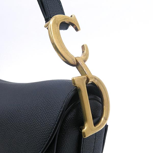 Dior(크리스챤디올) M0446CWVG 블랙 엠보싱 그레인 송아지 가죽 Saddle(새들) 숄더백 + S8534CRKQ 블랙&화이트 컬러 자수 장식 패브릭 라지 스트랩 [강남본점] 이미지4 - 고이비토 중고명품