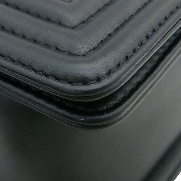 Chanel(샤넬) A67086 Y09953 94305 카프스킨 블랙 보이 샤넬 미디엄 M 사이즈 루테늄 메탈 체인 플랩 숄더백 [부산센텀본점] 이미지5 - 고이비토 중고명품