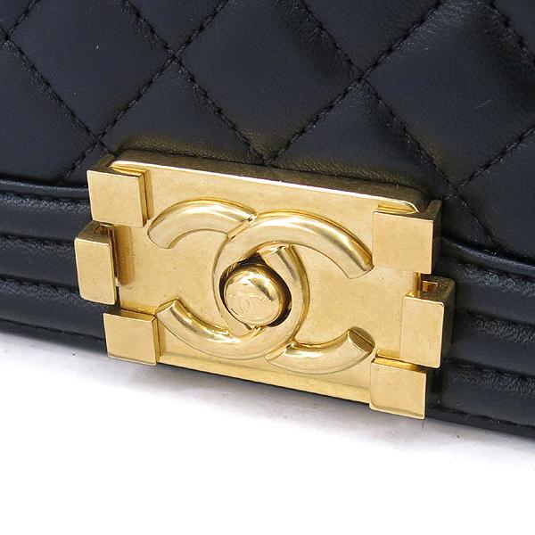 Chanel(샤넬) A67086 블랙 램스킨 보이샤넬 M사이즈 금장로고 체인 숄더백 [강남본점] 이미지4 - 고이비토 중고명품
