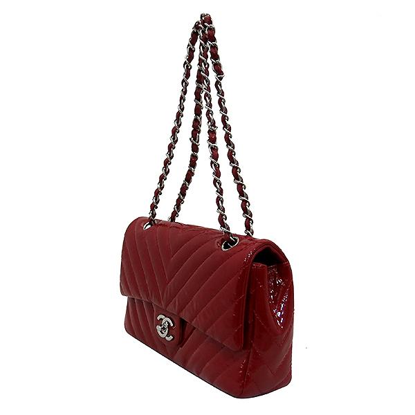 Chanel(샤넬) 레드 페이던트 쉐브론 클래식 M사이즈 원플랩 은장 체인 숄더백 [부산센텀본점] 이미지2 - 고이비토 중고명품