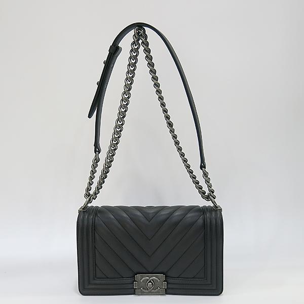 Chanel(샤넬) A67086 블랙 램스킨 쉐브론 보이샤넬 M사이즈 은장 메탈체인 숄더백 [부산센텀본점] 이미지2 - 고이비토 중고명품