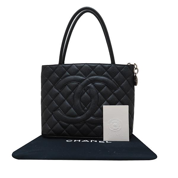 Chanel(샤넬) A01804 블랙 캐비어스킨 은장 COCO 로고 코인 토트백 [인천점]