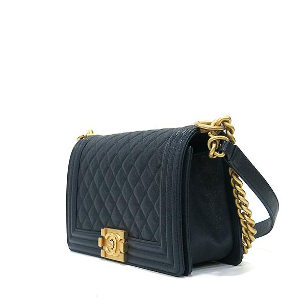 Chanel(샤넬) A67086Y83621 네이비 캐비어 스킨 보이샤넬 M사이즈 루테인 금장로고 체인 숄더백 [부산센텀본점] 이미지3 - 고이비토 중고명품