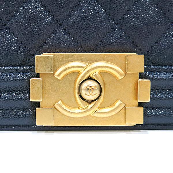 Chanel(샤넬) A67086Y83621 네이비 캐비어 스킨 보이샤넬 M사이즈 루테인 금장로고 체인 숄더백 [부산센텀본점] 이미지4 - 고이비토 중고명품