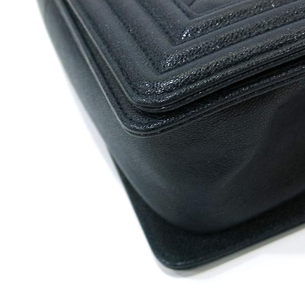 Chanel(샤넬) A67086Y83621 네이비 캐비어 스킨 보이샤넬 M사이즈 루테인 금장로고 체인 숄더백 [부산센텀본점] 이미지5 - 고이비토 중고명품